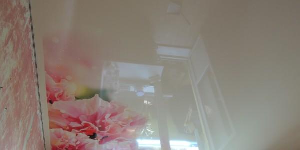 натяжной потолок с фотопечатью. глянцевый. цветы